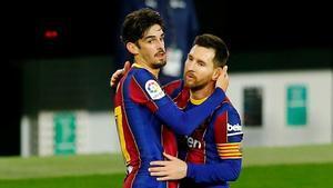 Trincao y Messi abrazados tras el gol del portugués al Betis.