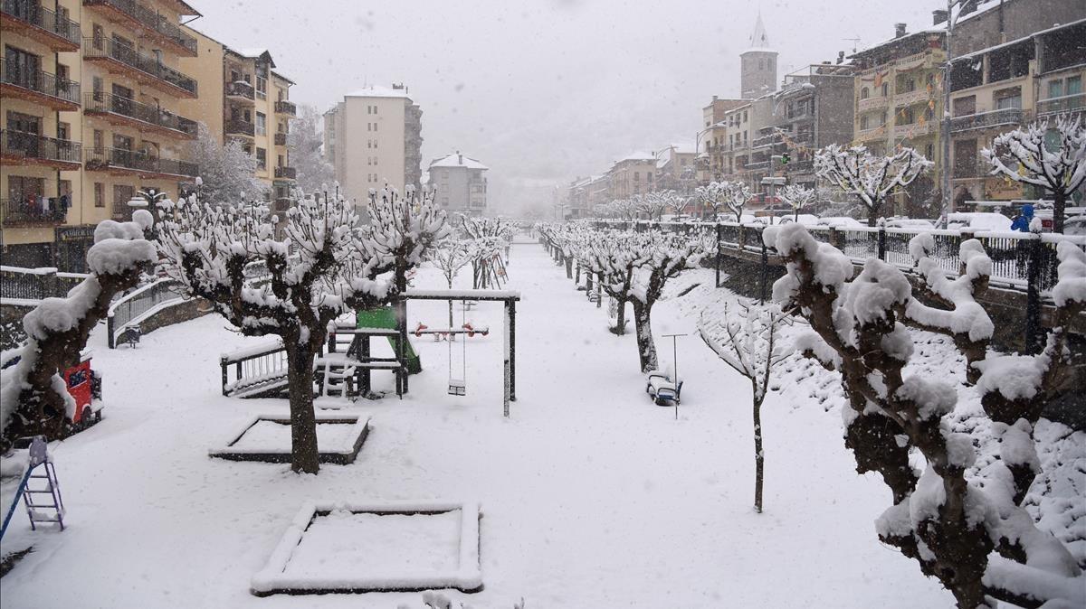 Municipio de Sort en Lleida, cubierto por la nieve.