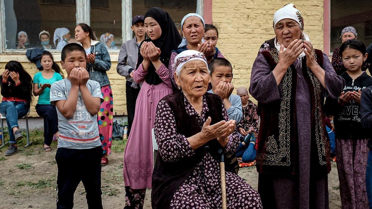 Ciudadanos de Kirghizstan evacuados de los distritos fronterizos con Tadjikistan por los ataques por la disputa territorial.