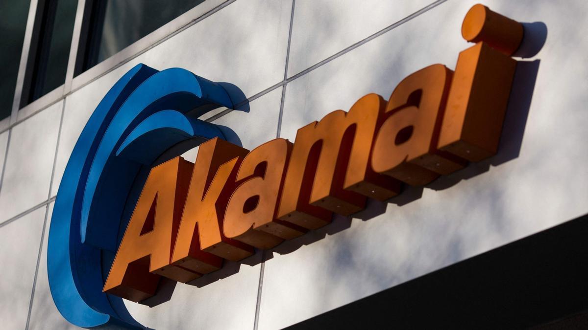 Logo de la empresa tecnológica Akamai en la sede de Cambridge, Massachusetts (EEUU).
