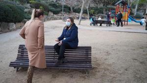 Nuria Serra y Marta Castiñeiro, dos madres que se reúnen por la tarde en el parque de Can Barriga de Badalona.
