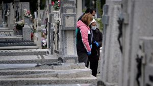 Un entierro reciente de una víctima de covid-19 en un cementerio de Madrid