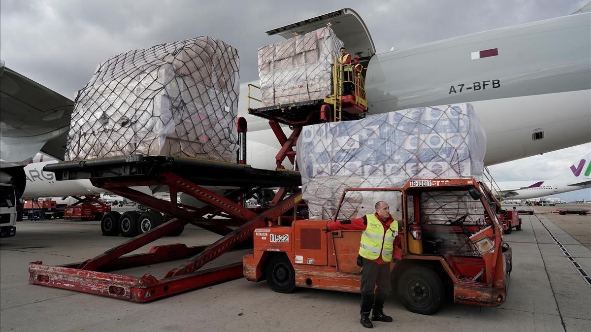 Descarga de un avión cargado con material sanitario procedente de China, en Madrid, el pasado 2 de abril.