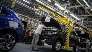 Cadena de producción del Megane en la  fábrica de Renault en Palencia.