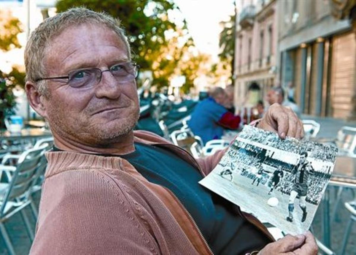 Los recuerdos 8 Zoltan Czibor, hijo del histórico extremo izquierdo del Barça, muestra una foto de su padre en la final de Berna.