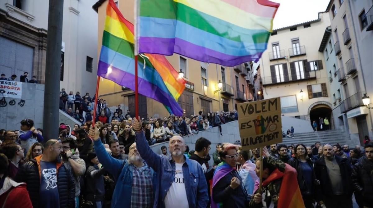 Concentración en Berga para protestar por la agresión a una pareja de homosexuales que se han dado un beso en la calle.