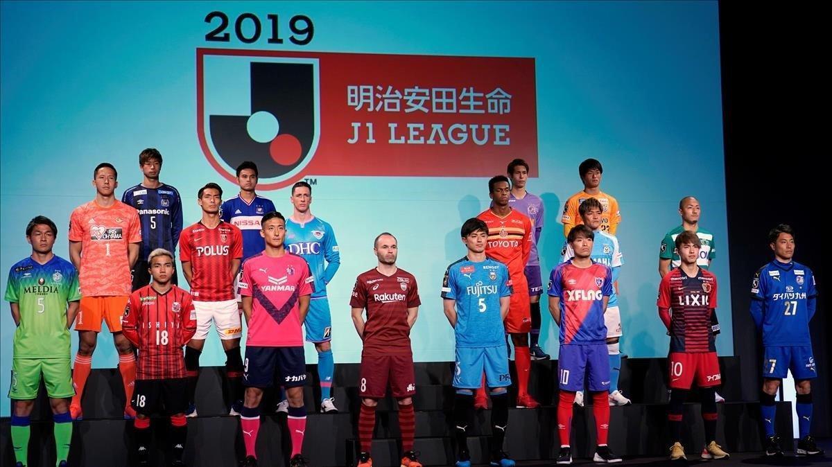 Iniesta, del Vissel Kobe (en primera fila), y Torres, del Sagan Tosu (segunda), posan con los representantes de los otros 16 clubs de la Liga japonesa.