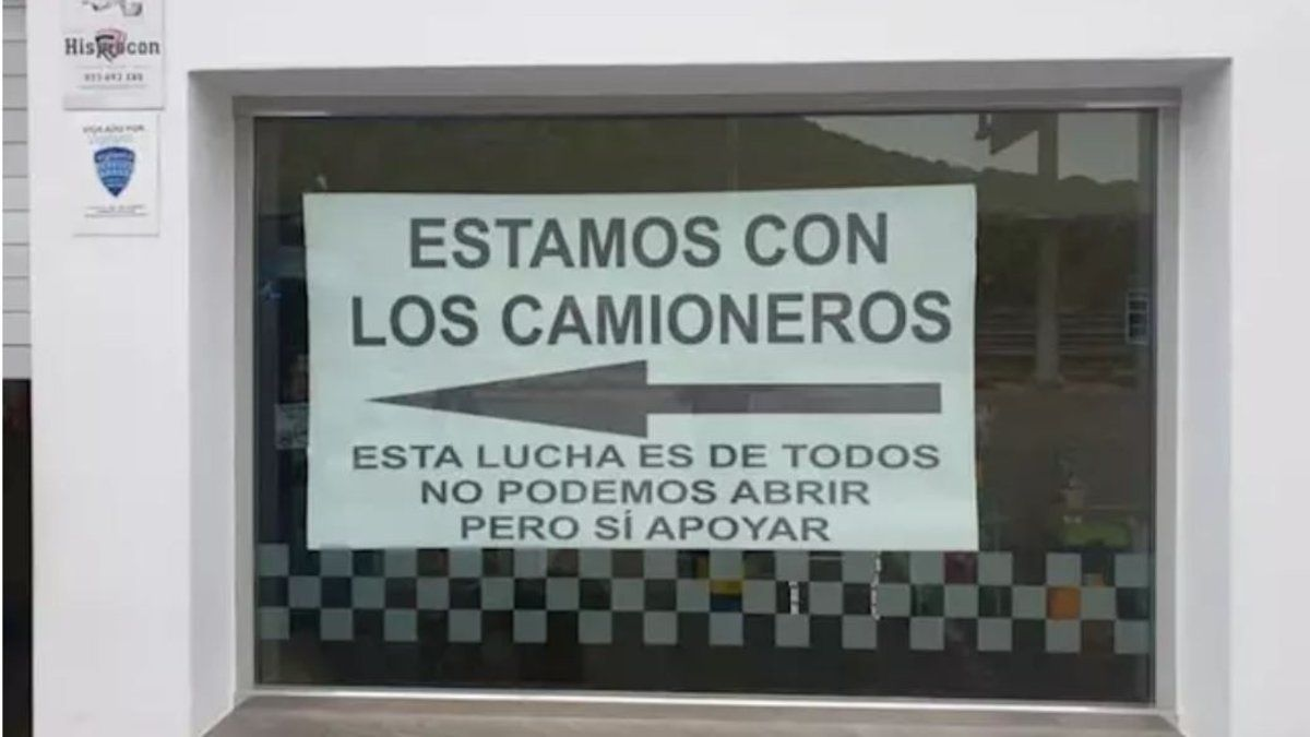 Cartel en el que se ofrece refrigerios gratuitos a los camioneros en el restaurante 'El Hacho', en la la localidad sevillana de Lora de Estepa, este martes.