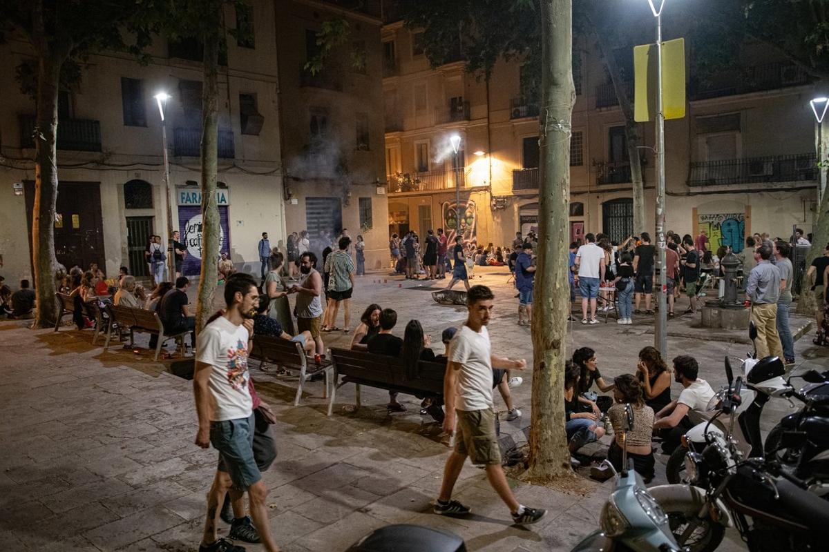 Noche de Sant Joan en una plaza de Gràcia.