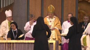 Monjas limpiando durante la misa de Benedicto XVI en la Sagrada Família de Barcelona.