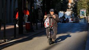 Un señor en patinete eléctrico en una calle de Terrassa, el jueves pasado.