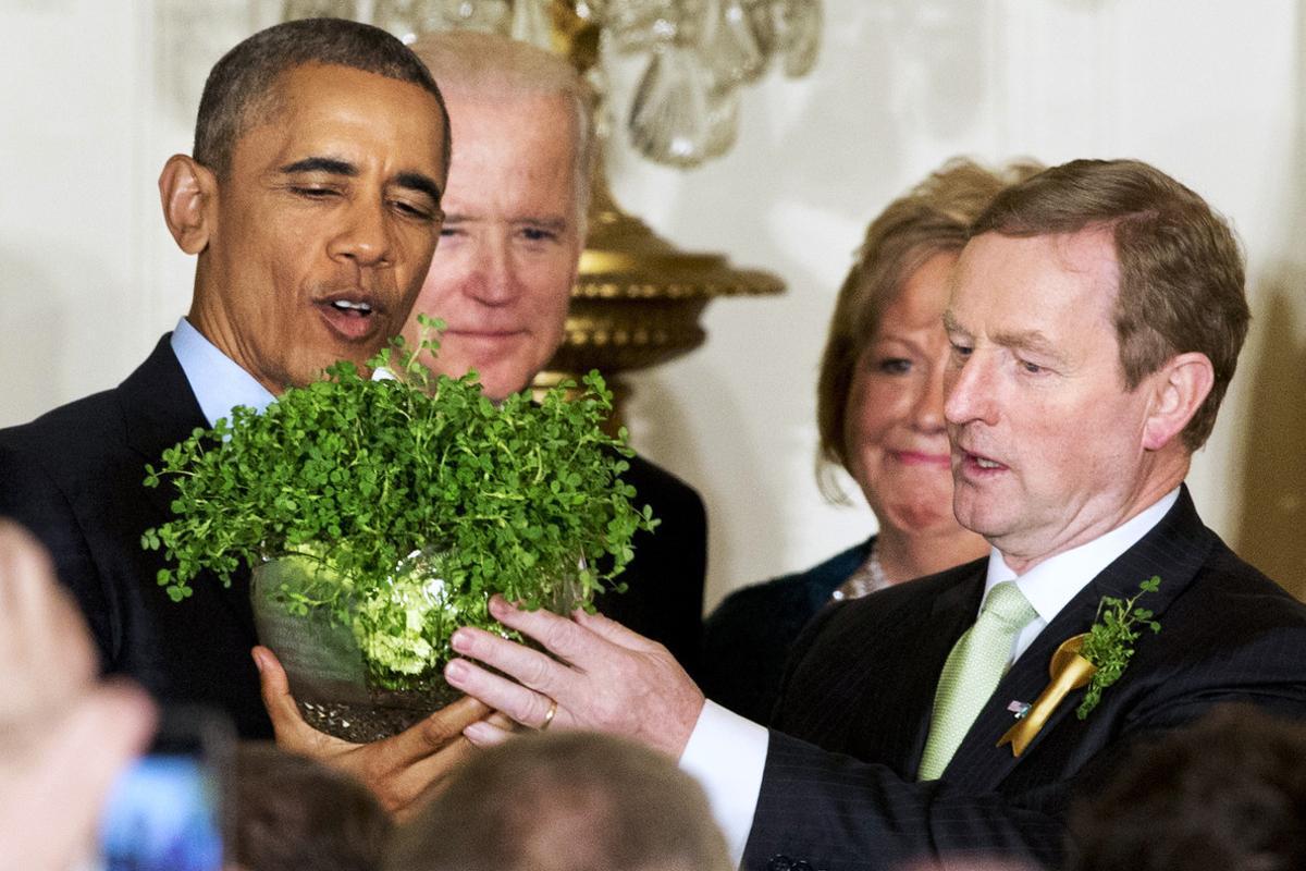 Barack Obama sostiene una maceta de tréboles, junto al primer ministro de Irlanda, Enda Kenny, en la recepción en honor del Día de San Patricio, el martes en la Casa Blanca.
