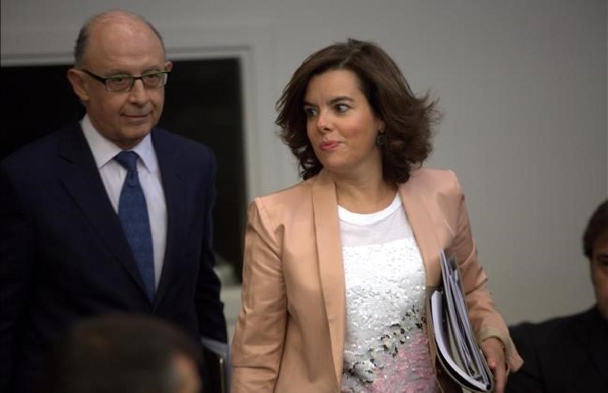 El ministro de Hacienda en funciones, Cristóbal Montoro, y la vicepresidenta del Gobierno en funciones, Soraya Sáenz de Santamaria.