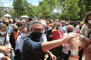 El alcalde de Sevilla, Juan Espadas, estrecha la mano de un afiliado socialista en el acto de presentación de su candidatura a las primarias del PSOE-A, este 9 de mayo en Granada.