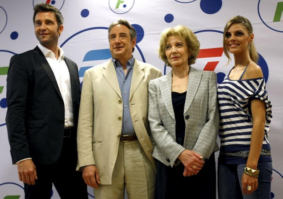 De izquierda a derecha, Fernando Gil, Juanjo Puigcorbé, Marisa Paredes y Amaia Salamanca, en la presentación de la serie, en mayo.
