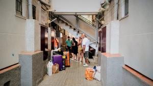 Desahucio de una familia en el barrio de Sant Roc de Badalona, este jueves 30 de julio.