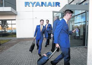 Un equipo de vuelo sale de las oficinas de Ryanair en Dublín.
