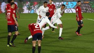 El madridista Militao (d) celebra el primer gol ante Osasuna.