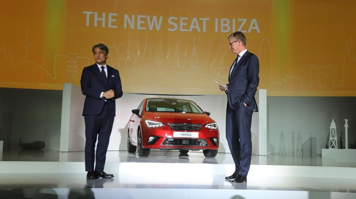 El presidente de Seat, Luca de Meo (izquierda), presenta el nuevo Ibiza.