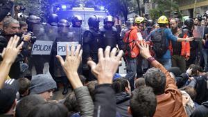 Resistencia pasiva en la escuela Ramon Llull, el 1-O.