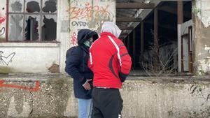 Una pareja de homosexuales en la ciudad de Sarajevo.