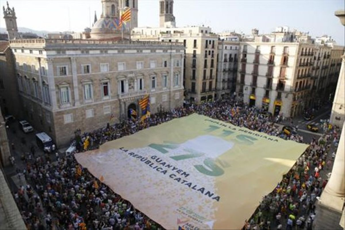 Concentración en la plaza Sant Jaume, este martes, en apoyo al carácter plebiscitario de las elecciones del próximo 27 de septiembre.