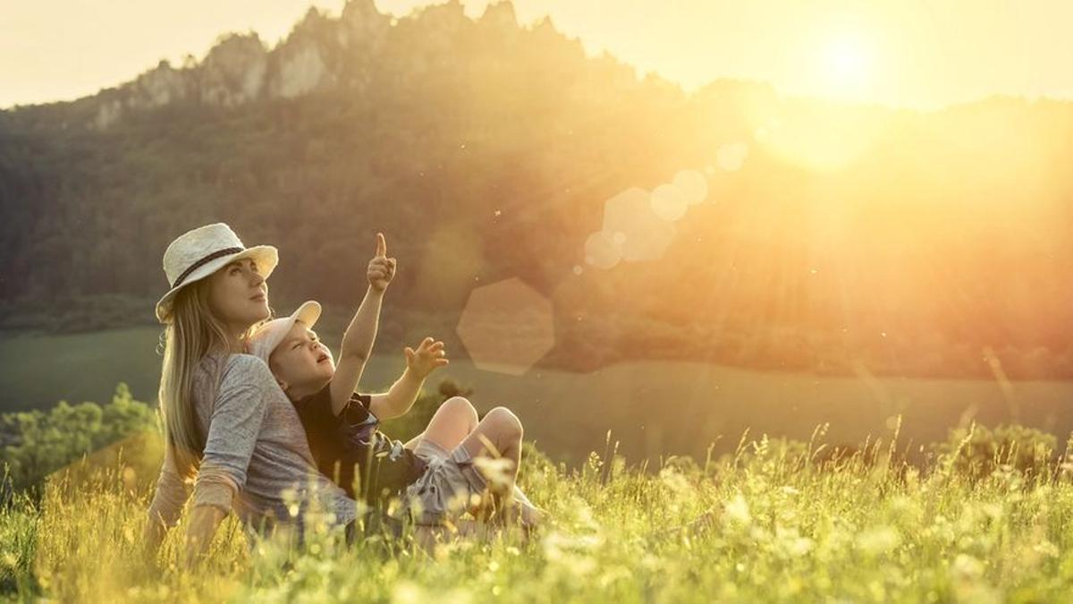 Una familia disfruta de un día en la naturaleza.