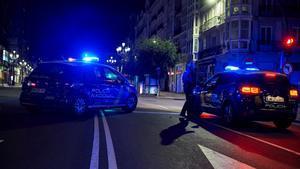 Coches de la Policía Nacional durante el toque de queda.