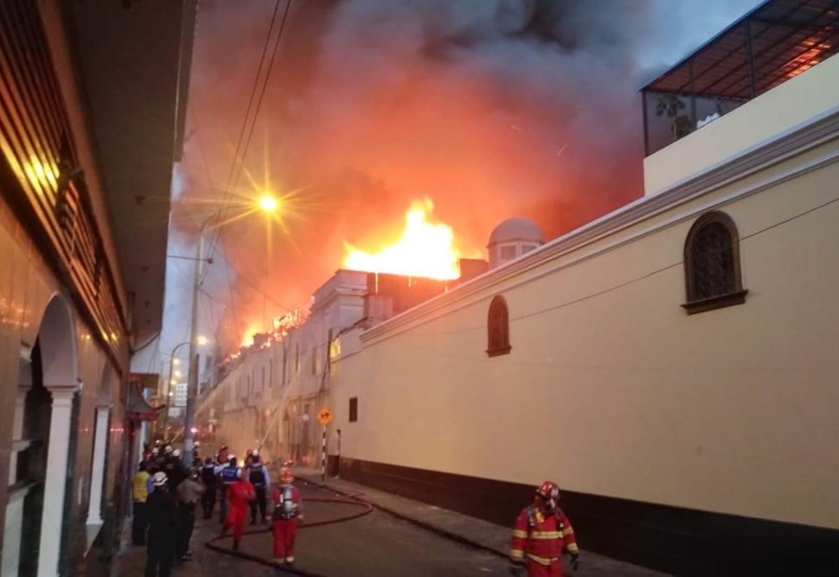 El incendio se produjo en la zona comercial conocida como Mesa Redonda.