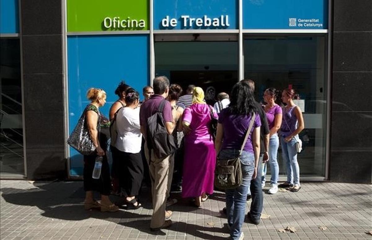 Ciudadanos esperan para hacer gestiones sobre la RMI, una de las principales ayudas sociales existentes.