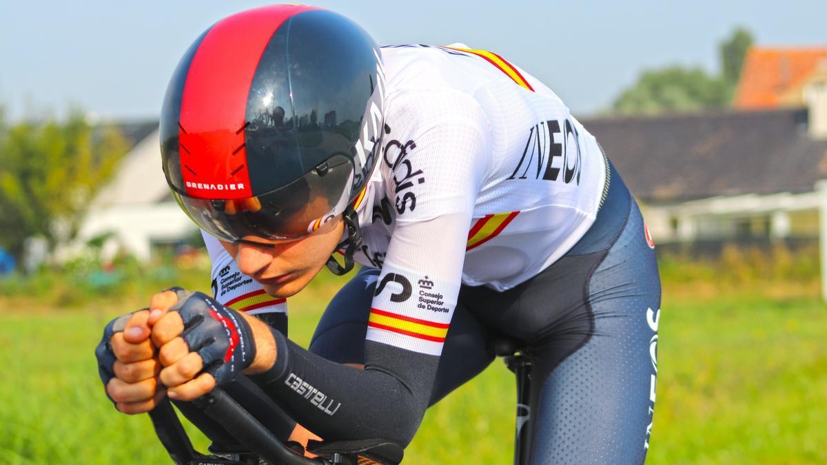 Carlos Rodríguez prepara la contrarreloj individual en las carreteras de Flandes.