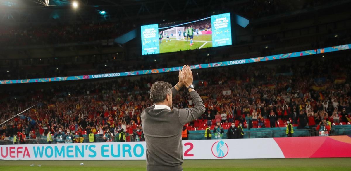 Luis Enrique aplaude a los aficionados españoles en la grada de Wembley tras ser eliminado por Italia.