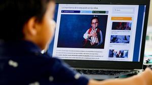 Un niño estudia de forma telemática, tras el cierre colegios por el coronavirus.