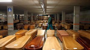 El párking del tanatorio de Collserola (Barcelona), actualmente cerrado al público, se ha convertido en un tanatorio de campaña.