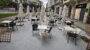 Una terraza vacía de clientes tras las nuevas restricciones impuestas por el Gobierno foral.