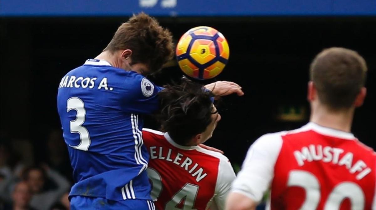 Marcos Alonso remata a gol y golpea duramente con el codo a Bellerín durante el Chelsea-Arsenal.