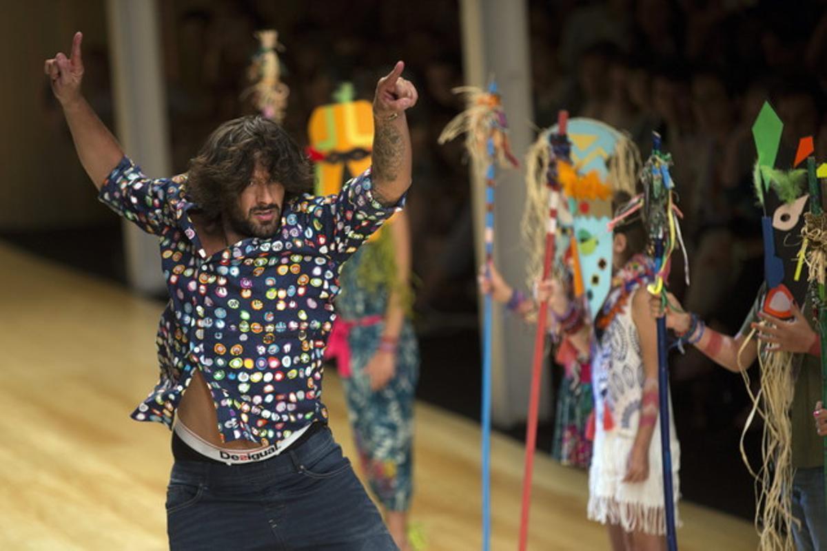El bailaor Rafael Amargo durante el desfile de Desigual celebrado esta tarde en la pasarela 080 de Barcelona.