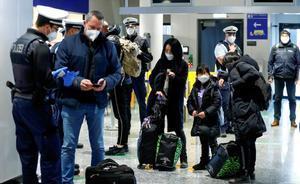 La CE propone facilitar la entrada en la UE de viajeros vacunados. En la imagen, agentes de la policía federal alemana registran a pasajeros llegados de Gran Bretaña, en el aeropuerto de Frankfurt.