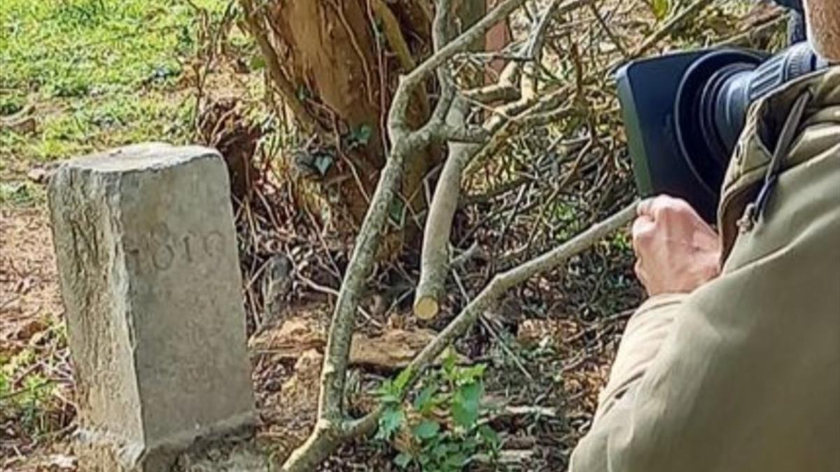La piedra que senalaba la frontera entre ambos paises (Facebook  David Lavaux)