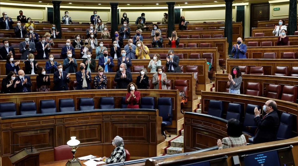 Votación de la ley de la eutanasia en el pleno del Congreso. En la foto, aplausos tras la aprobación de la ley.