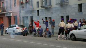 Un grupo de 'trabucaires' lanzan salvas bajo el balcón del concejal del PP Jaume Gelada, el pasado 17 de agosto, en Cardedeu.