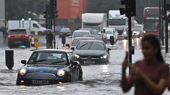 Las lluvias torrenciales han dejado sin servicios de emergencia a dos hospitales en Londres