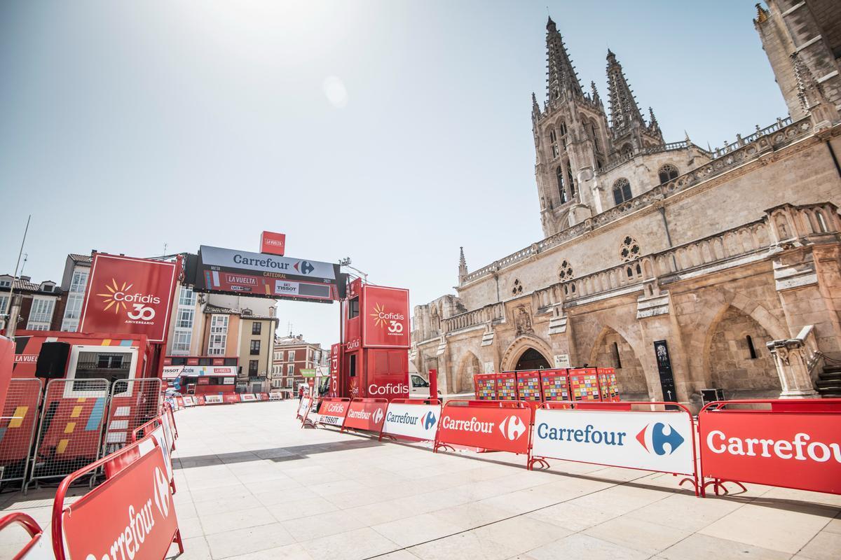 El escenario de salida de la Vuelta 2021, junto a la catedral de Burgos.