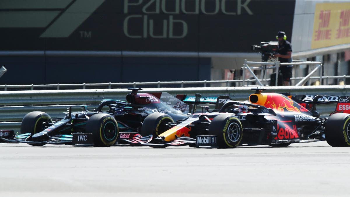 Hamilton y Verstappen, rueda a rueda en las primeras curvas de la carrera en Silverstone.