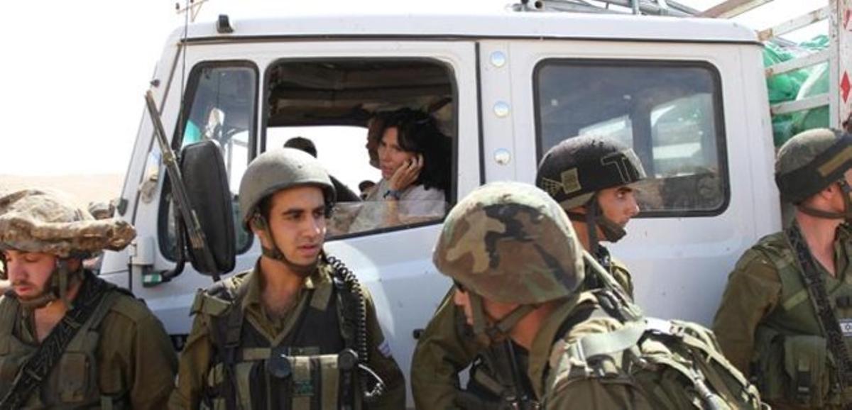 La diplomática Marion Fesneau-Castaing, este viernes, en un camión de ayuda humanitaria, en Cisjordania.