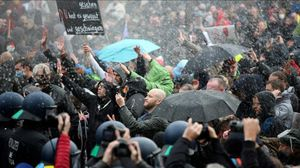 La policía dispersa a los manifestantes con cañones de agua.