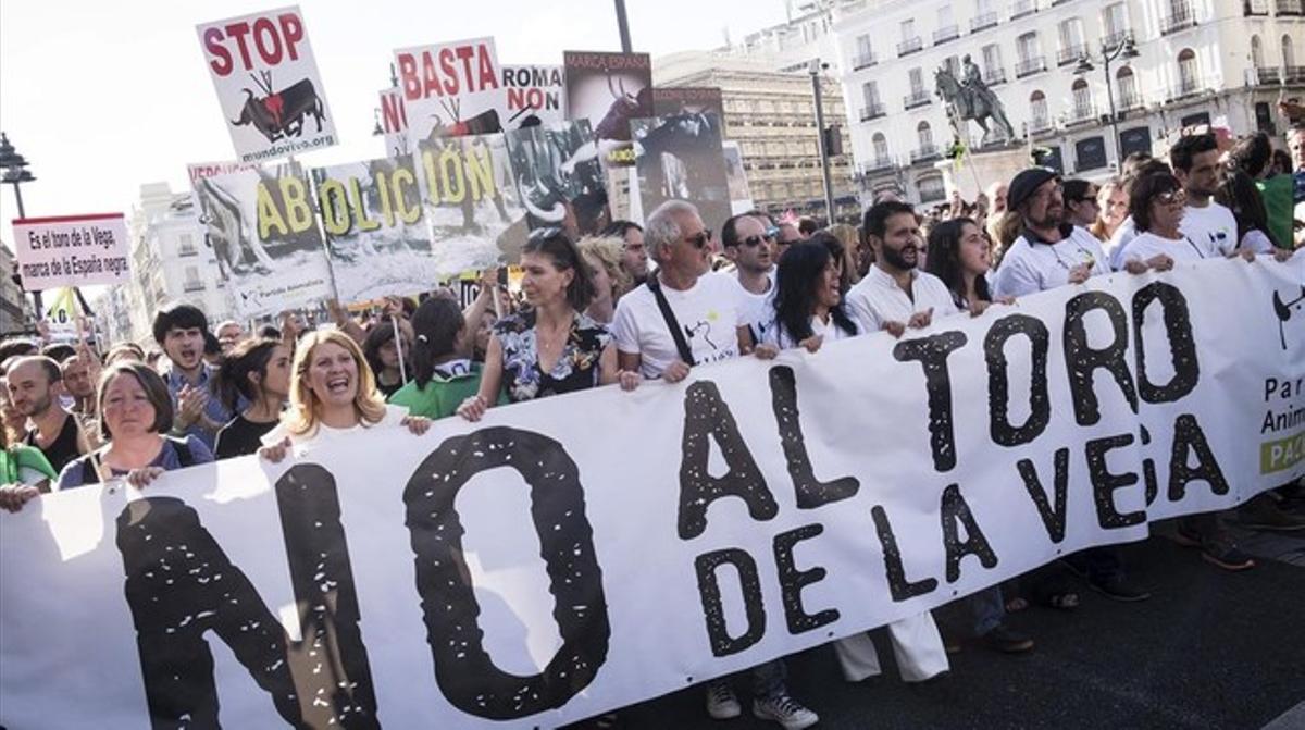 Silvia Barquero (segunda por la izquierda) en una manifestación en Madridconvocada por el PACMAcontra el Toro de la Vega,en septiembre pasado.