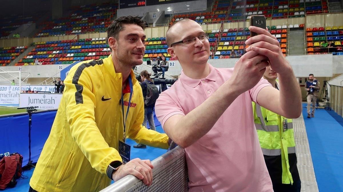Un aficionado se retrata con el mallorquín Albert Riera en Moscú.