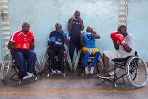 XDI19. NAIROBI (KENIA), 21/11/2018.- (De izq a dch) Los paraboxeadores Clinton Mugesi, Austin Kamau, Daniel Oyombe (entrenador), Duncan Karanja y George Otito posan tras un entrenamiento en una cancha de baloncesto de la Asociación Cristiana de Jóvenes (YMCA), en Nairobi (Kenia), el 16 de noviembre de 2018. Los boxeadores forman parte del primer equipo de paraboxeo de Kenia, Westie Paraboxing Club de Nairobi, integrado por seis personas que aspiran a representar a Kenia en las próximos Juegos Paralímpicos cuando se reconozca este deporte. El equipo pretende popularizar el deporte en todo el país, y para ello, realizan giras por diferentes condados de Kenia con el fin de demostrar que esa actividad puede ser una vía más para luchar contra la exclusión social. EFE/ Daniel Irungu