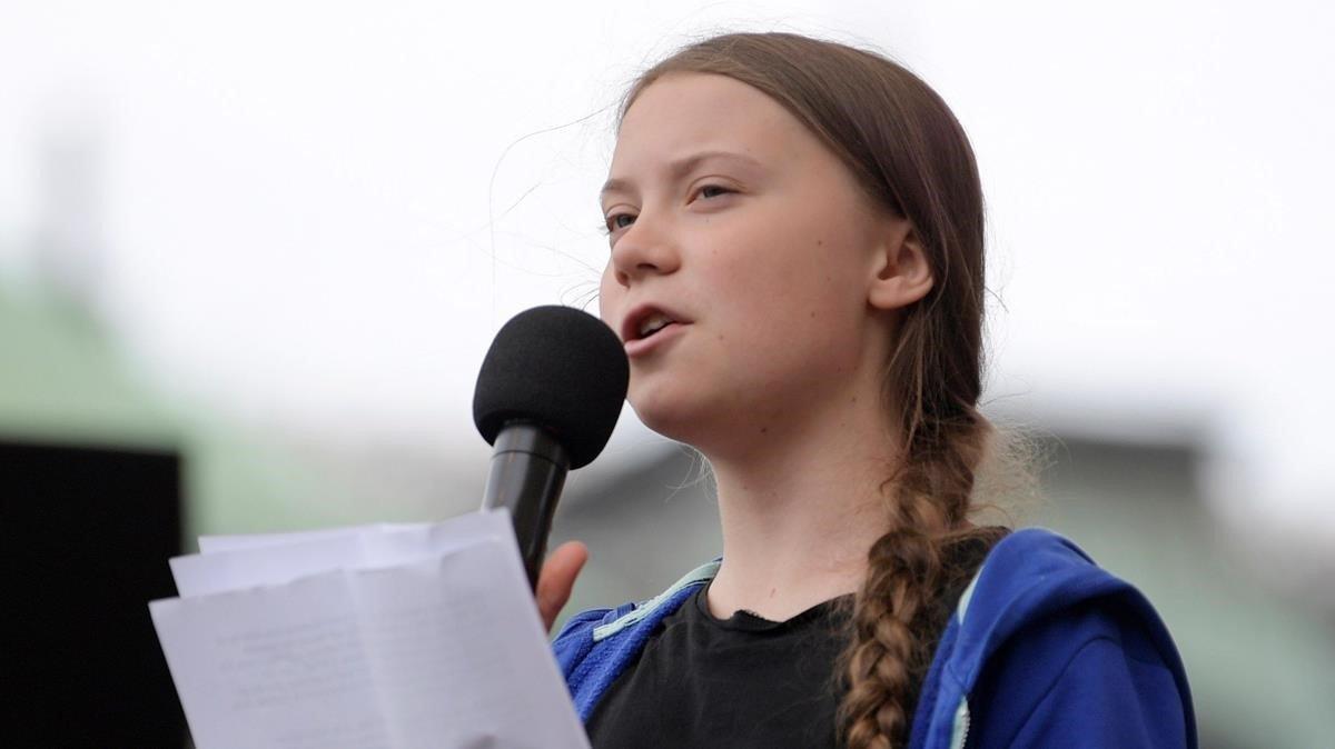 La activista sueca Greta Thunberg pronuncia un discurso durante la protesta contra el cambio climático en Estocolmo.